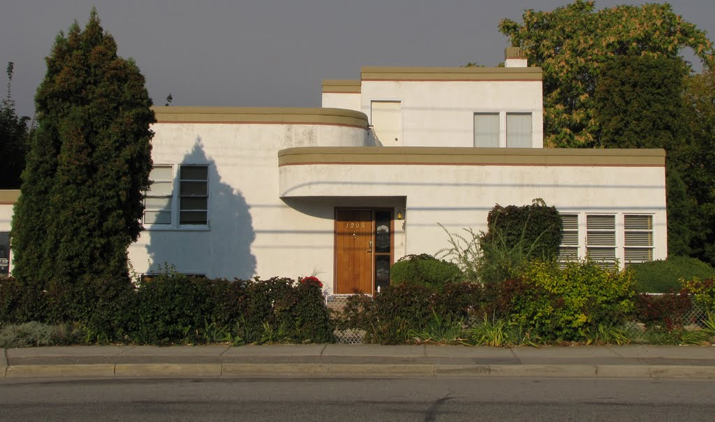 Art moderne homes in bc penticton flat top homes for Home architecture 1930s